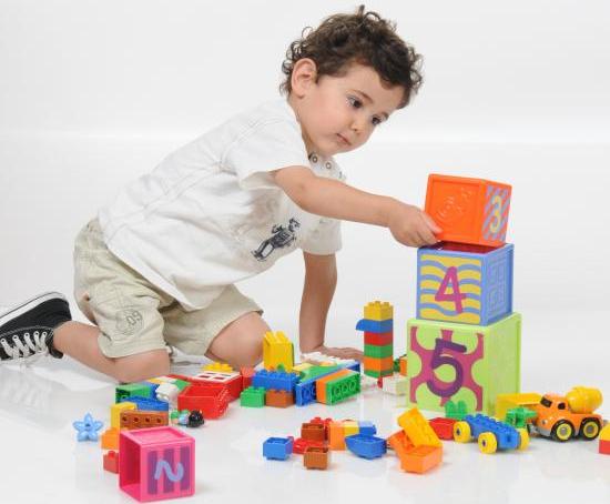 نصائح لتعليم الطفل ترتيب أغراضه